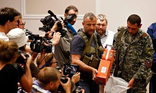MH17: ট্রেনে চড়ে প্রিয়জনের কাছে চলল আকাশ থেকে ঝরে পড়া মৃতদেহ। ব্ল্যাক বক্স মালয়েশিয়াকে ফিরিয়ে দিল বিদ্রোহীরা