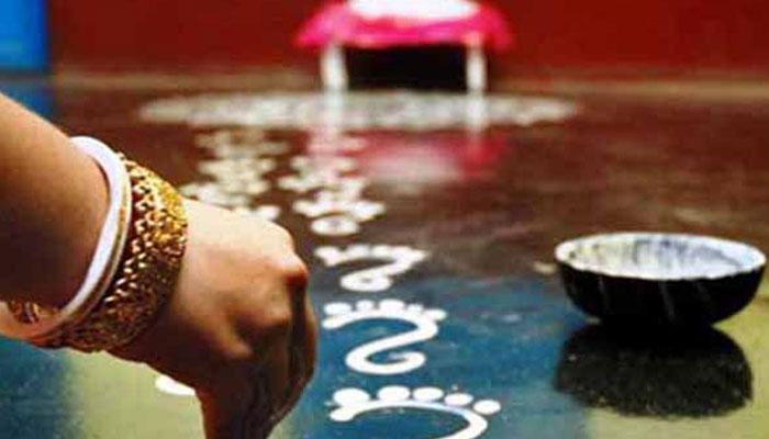 কোজাগরীর আরাধনায় সেজে উঠেছে বাঙালি