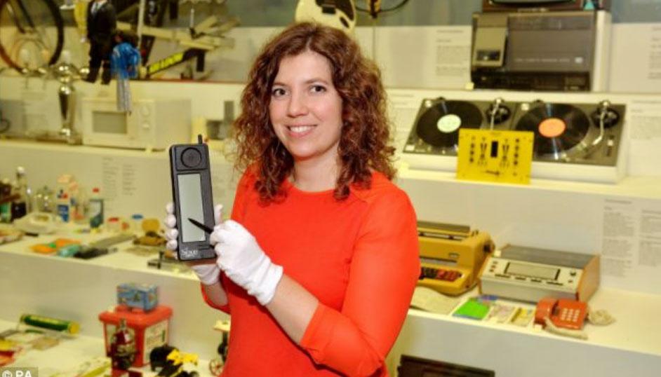 এটিই বিশ্বের প্রথম স্মার্টফোন! এতে কী কী ফিচার ছিল জানেন?