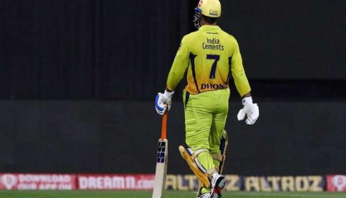 পরের IPL-এ ক্যাপ্টেন্সি ছাড়ছেন ধোনি? জল্পনা বাড়ালেন কে?