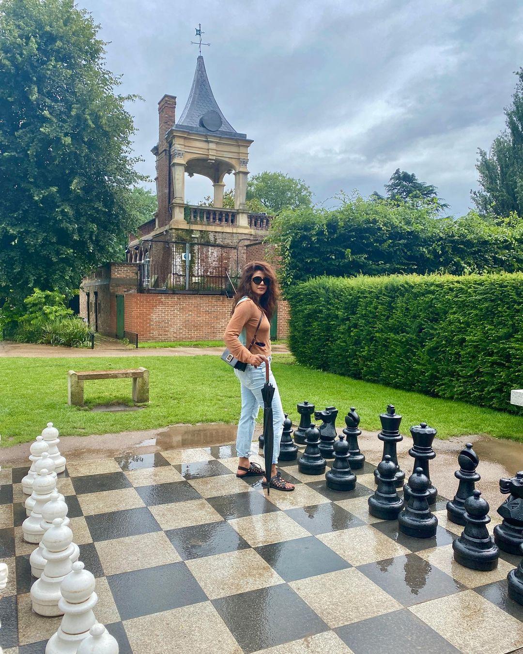 Priyanka Chopra Post some pic from London