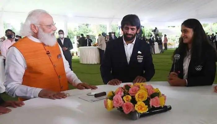 Modi met Vinesh Phogat: 'পরাজয়কে মনে ঠাঁই দিও না,' সাসপেন্ডেড ফোগাতকে বললেন মোদী