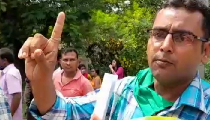 Husband starts dharna for wife and son in front of in law's home in Durgapur