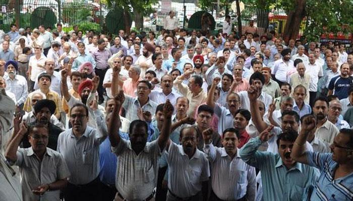 বদলির দাবিতে ধরনায় সামিল ৪৫০ জন প্রাথমিক শিক্ষক