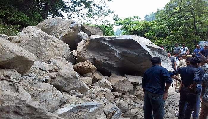 সেবকের কাছে রাস্তায় ধস, বন্ধ শিলিগুড়ি-ডুয়ার্সের যান চলাচল
