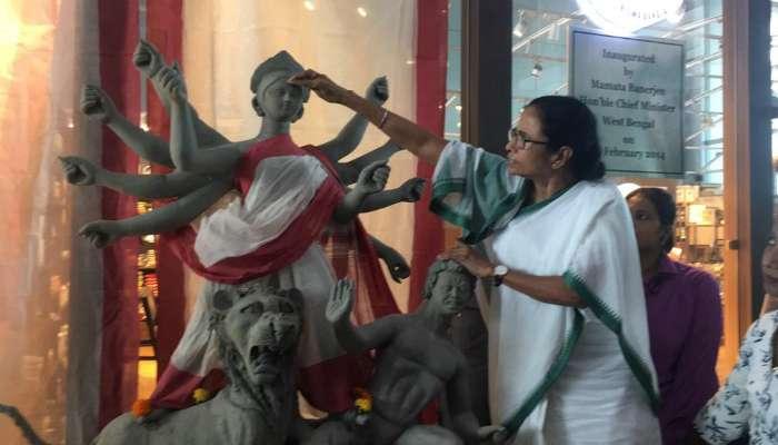 ছবি:মোদীর সঙ্গে বৈঠকের আগে তুলির টানে দেবীর চক্ষুদান করলেন মুখ্যমন্ত্রী