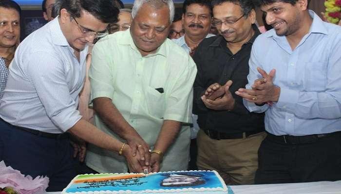 নতুন BCCI সভাপতিকে উপহার সিএবি-র, সবাইকে নিয়ে কেক কাটলেন সৌরভ