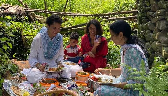 পাহাড়ের কোলে পরিবারের সঙ্গে 'চরুইভাতি'তে মজলেন কঙ্গনা