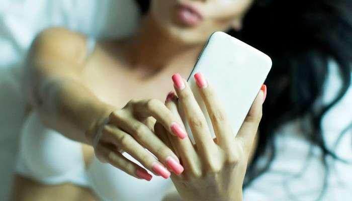 ৬২ শতাংশ মহিলা মেতে sexting-এ! হাতের স্মার্টফোন মেটাচ্ছে মনের যৌন খিদে : সমীক্ষা