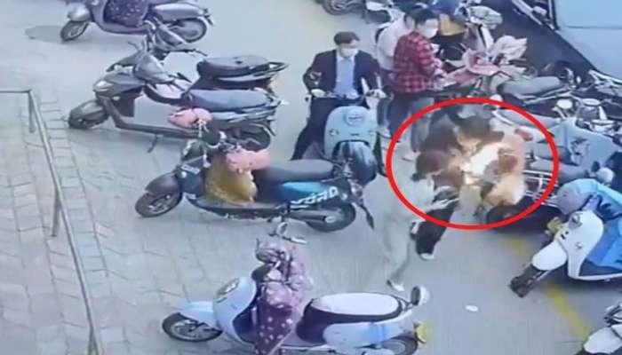 Video: অবাককাণ্ড! ব্যাগের মধ্যে ফোন ফেটে দাউ দাউ করে জ্বলে উঠল আগুন