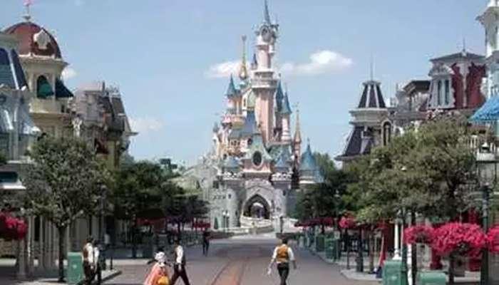 পার্কে শিশুকে স্তন্যপানে বাধা, মায়ের কাছে ক্ষমা চাইল Disneyland কর্তৃপক্ষ