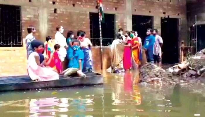 Ghatal: জলযন্ত্রণার মধ্যেই স্বাধীনতা দিবসের আনন্দে মাতল পড়ুয়ারা
