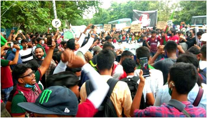 ATK Mohun Bagan: 'ব্রেক দ্য মার্জার'! ক্লাবের সামনে সমর্থকদের বিক্ষোভ