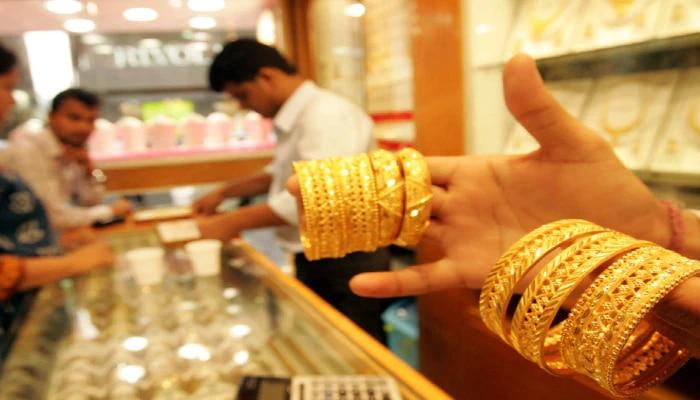 Gold Price Today: শুক্রবার আরও কিছুটা সস্তা সোনা, কলকাতায় কত হল দাম? জানুন