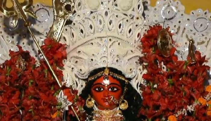 Durga Puja 2021: রঙ বদলে সম্পূর্ণ রক্তবর্ণ হয়ে উঠল দুর্গা প্রতিমা!
