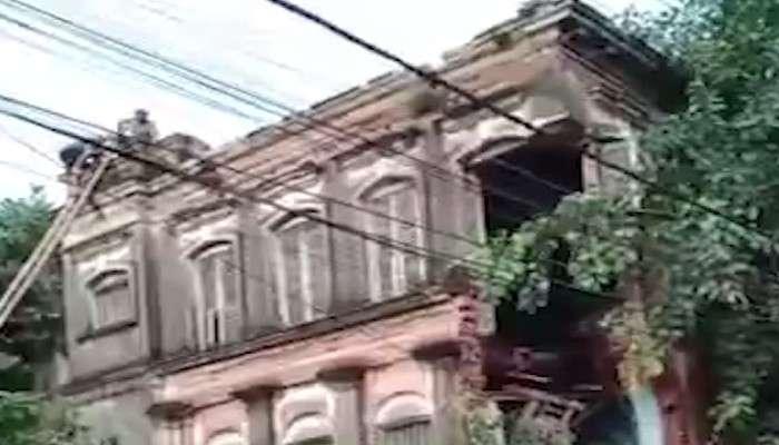 Video: হাওড়ায় ভেঙে পড়ল শতাব্দীপ্রাচীন 'জানবাড়ি', বরাতজোরে রক্ষা পথচারীদের