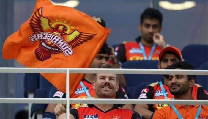 IPL 2021: আজও খেলছেন না ওয়ার্নার! দর্শকাসনে বসে হাসি মুখে দলের সমর্থনে অজি তারকা