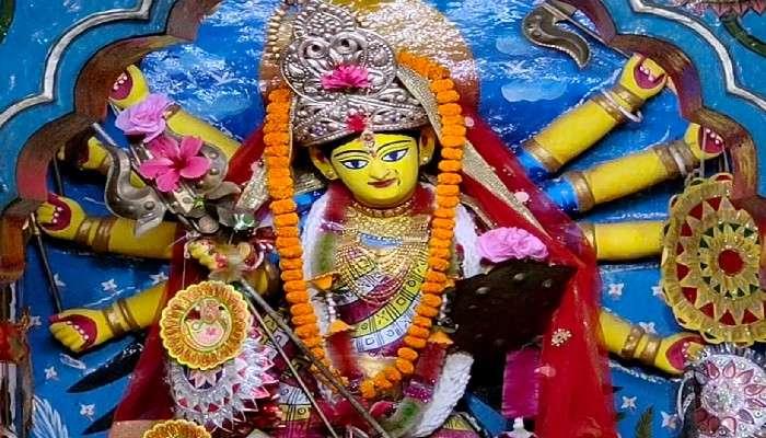 #উৎসব: মল্লরাজের কুলদেবী মৃন্ময়ীর পট আঁকেন 'ফৌজদার' পরিবার