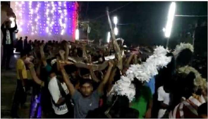 #উৎসব : দুবরাজপুরের রাস্তায় অস্ত্র হাতে জয়োল্লাস, 'জয়তারা'য় মাতল আট থেকে আশি