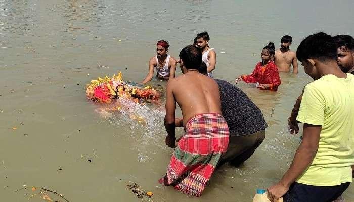 #উৎসব: জলে না ভাসিয়েই প্রতিমা নিরঞ্জন! প্রথমবার কলকাতার ঘাটে বিশেষ ব্যবস্থা কর্পোরেশনের